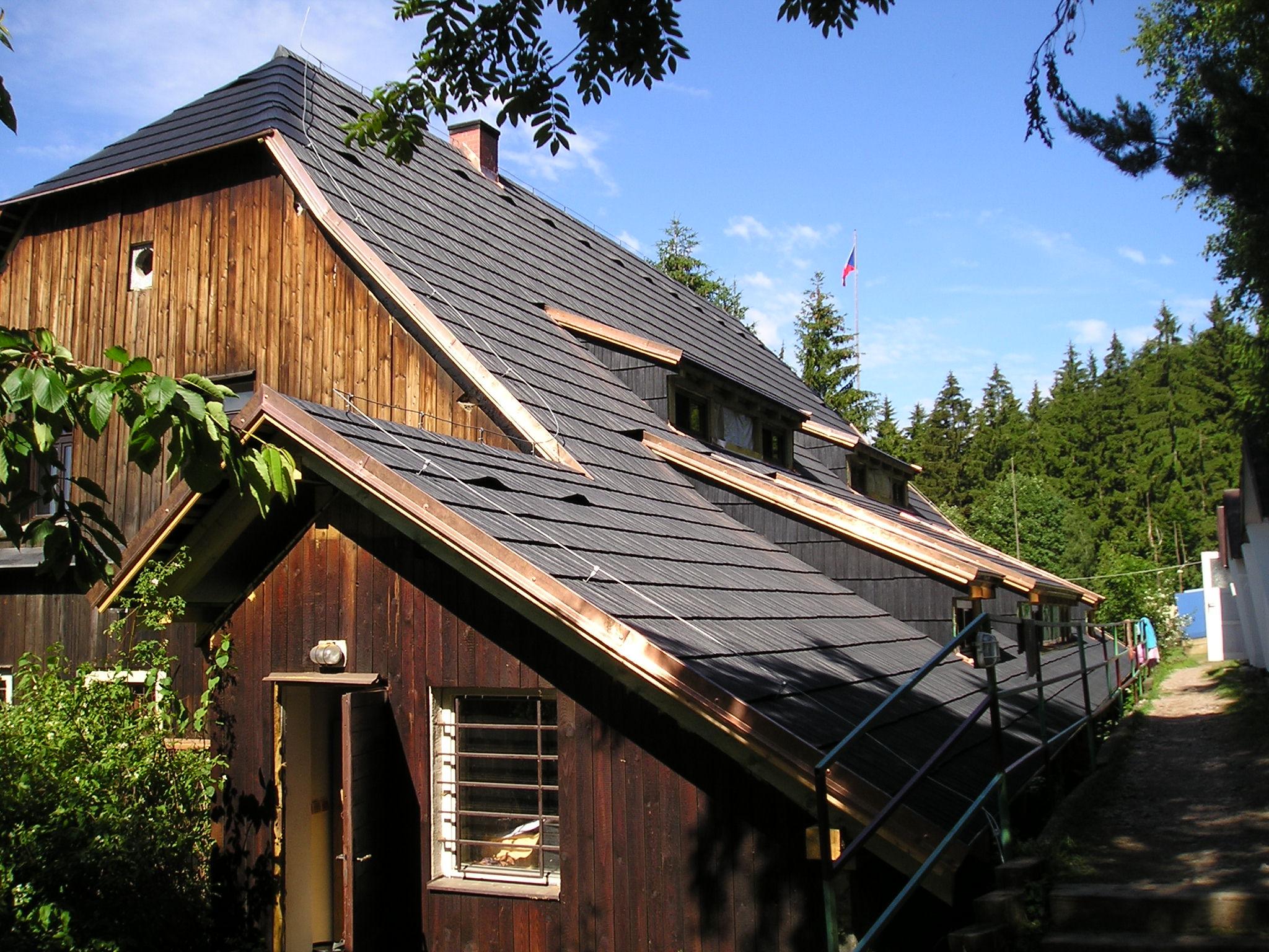 Jaký šindel zvolit na vaši střechu? Vyplatí se dřevěná klasika nebo je plast lepší volbou?