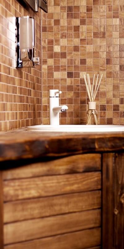 Dřevěné obkladové panely do koupelny – skvělé rozhodnutí nebo základ pro problémy?