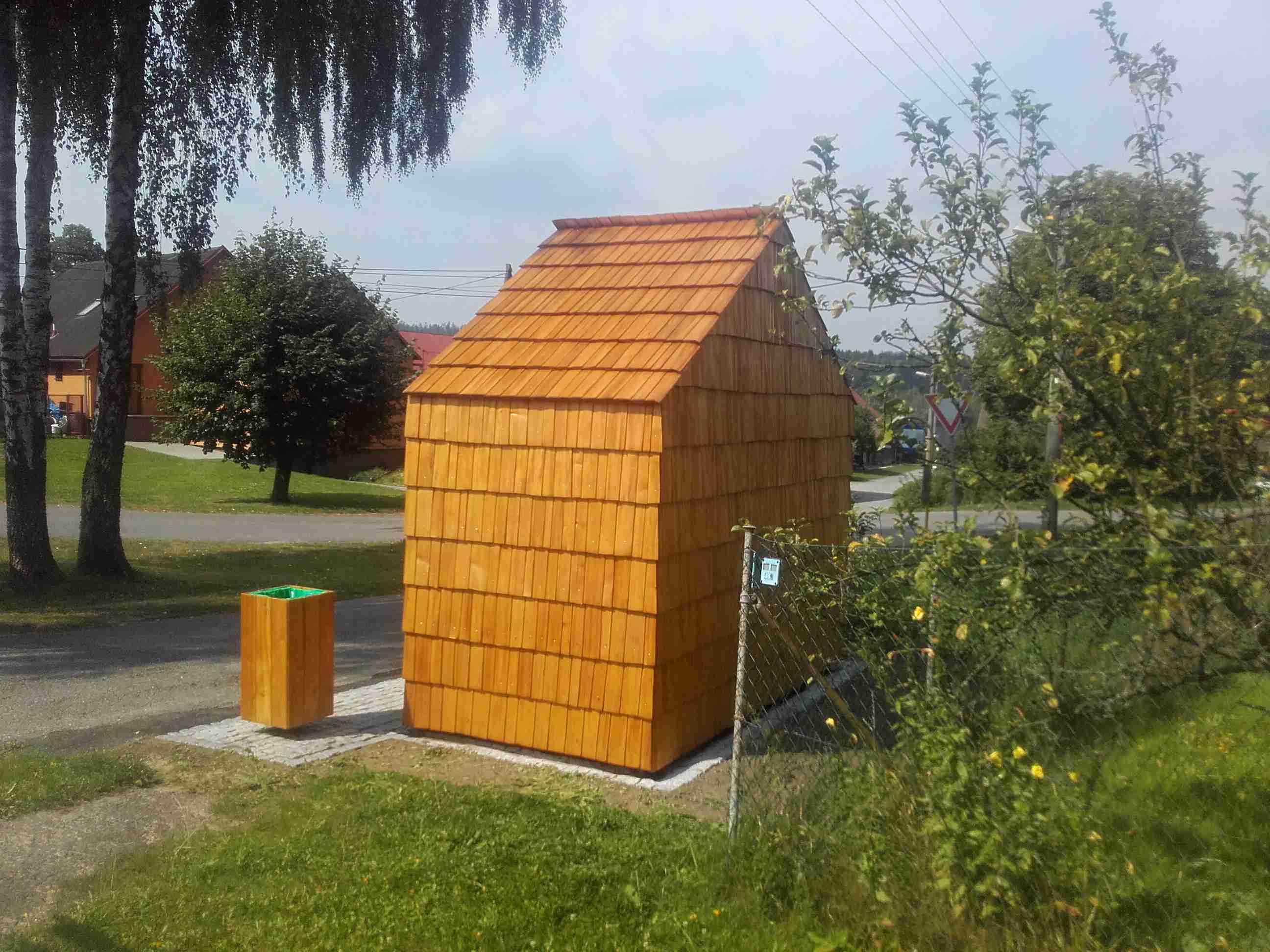 Drdlík- autobusová zastávka obložená dřevěným šindelem