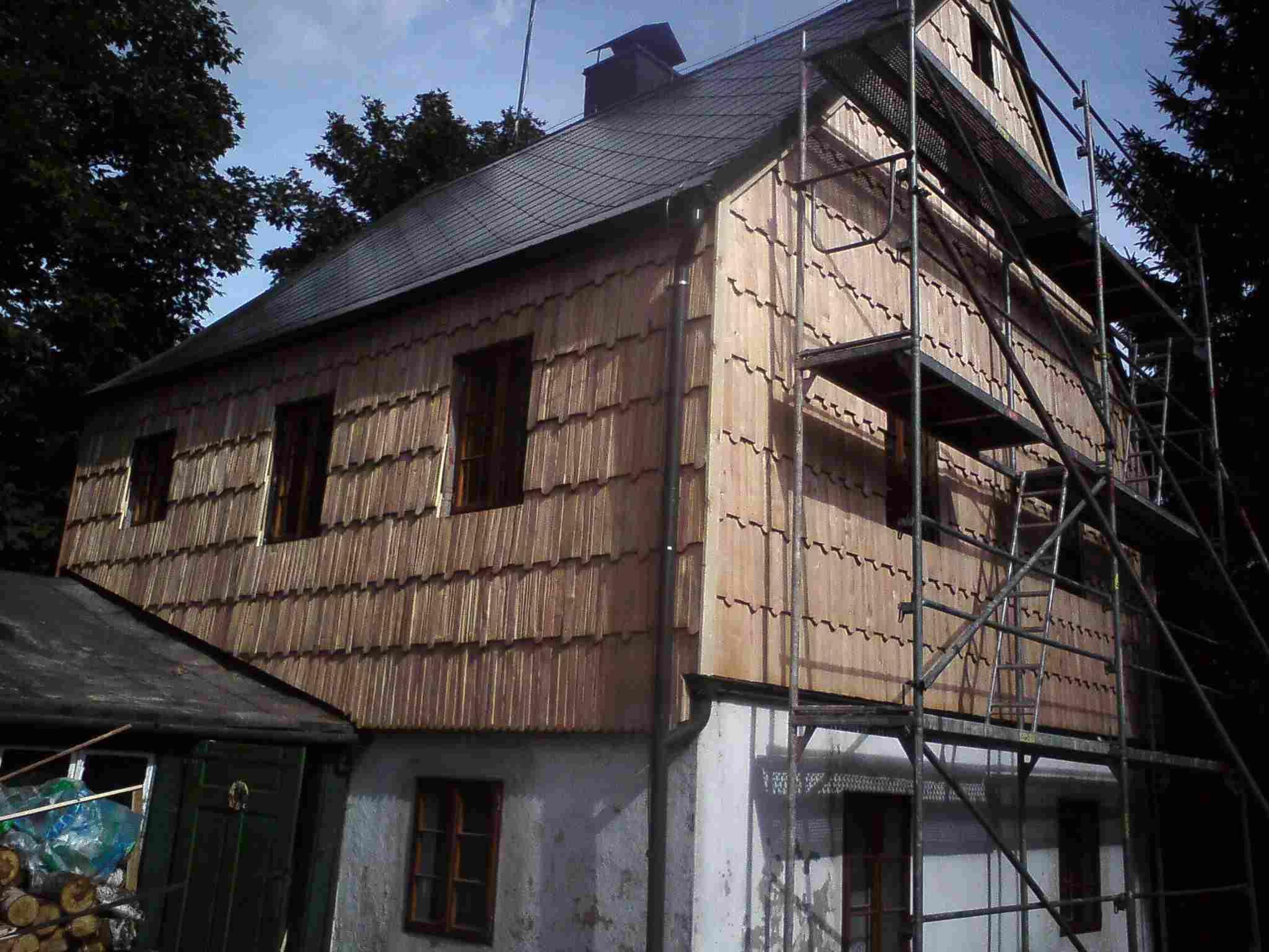 Drdlik- dřevěný šindel na stěně