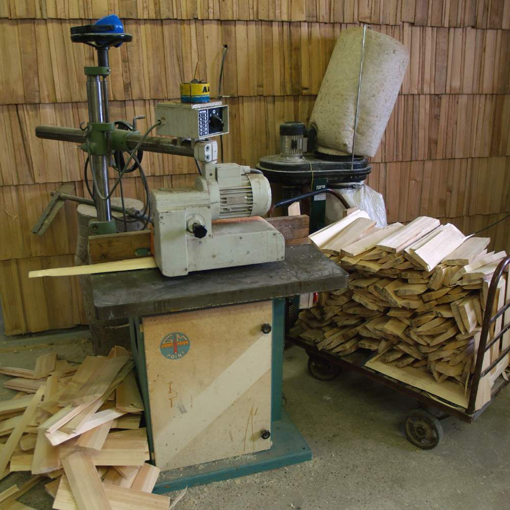 Jediná strojová práce je frézování drážky do dřevěného šindele