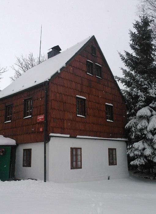 obložení stěny štípaným šindelem dřevěným drdlik